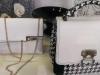 femme-sac-main-blanc-noir.jpg